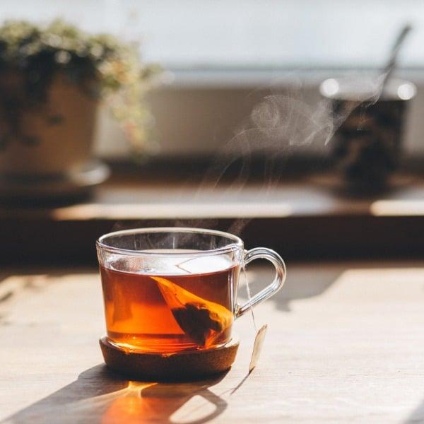 Höyryävä teekuppi