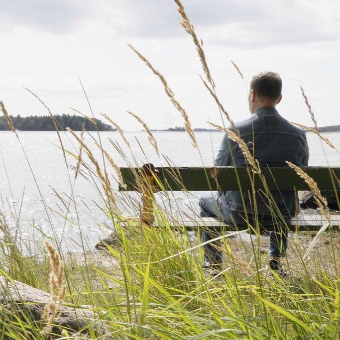 Hannu istuu penkillä ja katselee merelle
