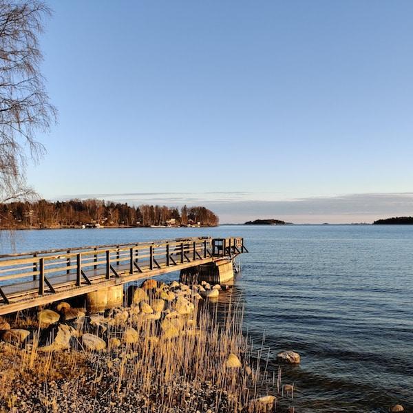 Pitkä puinen laituri, joka menee merelle